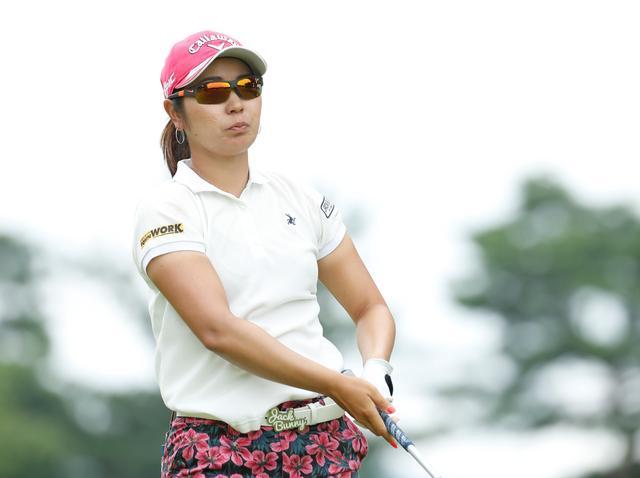 画像: 切り返しは左ひざ。比嘉真美子の「前傾キープ!」を見習おう【勝者のスウィング】 - みんなのゴルフダイジェスト