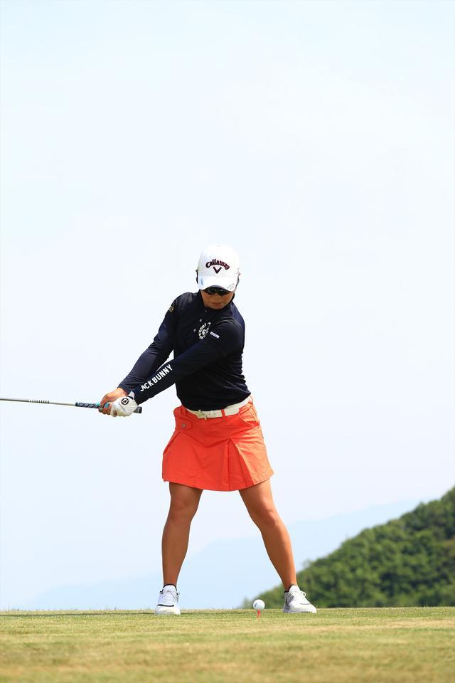 画像4: 切り返しは左ひざ。比嘉真美子の「前傾キープ!」を見習おう【勝者のスウィング】