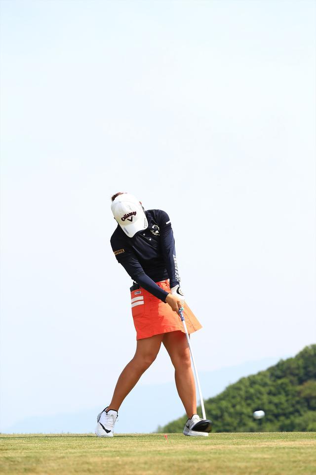 画像16: 切り返しは左ひざ。比嘉真美子の「前傾キープ!」を見習おう【勝者のスウィング】