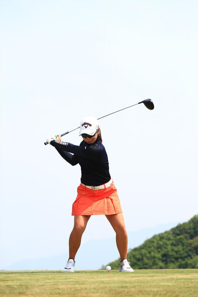 画像14: 切り返しは左ひざ。比嘉真美子の「前傾キープ!」を見習おう【勝者のスウィング】