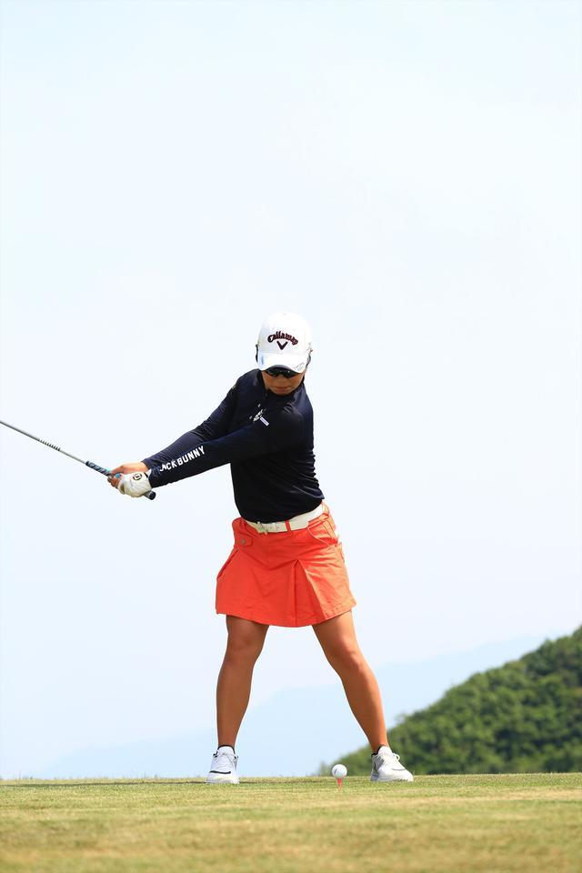 画像5: 切り返しは左ひざ。比嘉真美子の「前傾キープ!」を見習おう【勝者のスウィング】