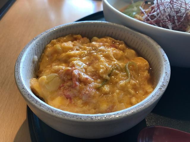 画像: 珍しいカニ玉丼。とろっとしたカニ玉に白飯が良く合うのだ
