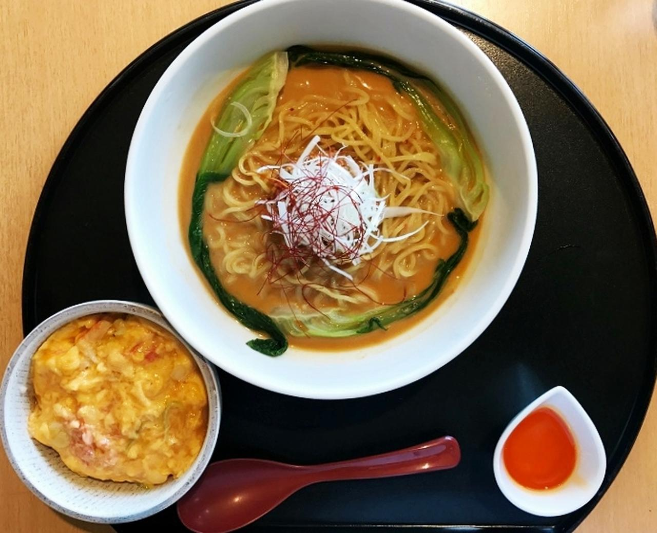 画像: 冷やし担担麺とカニ玉丼。価格1600円(税込1728円)