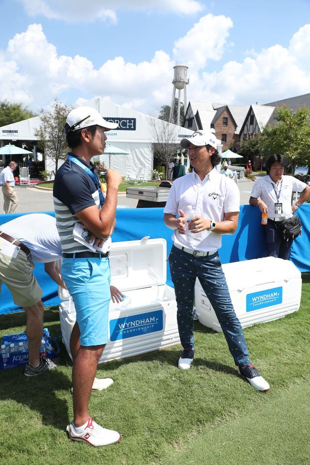 画像: 練習日に石川遼(右)を取材する吉田洋一郎