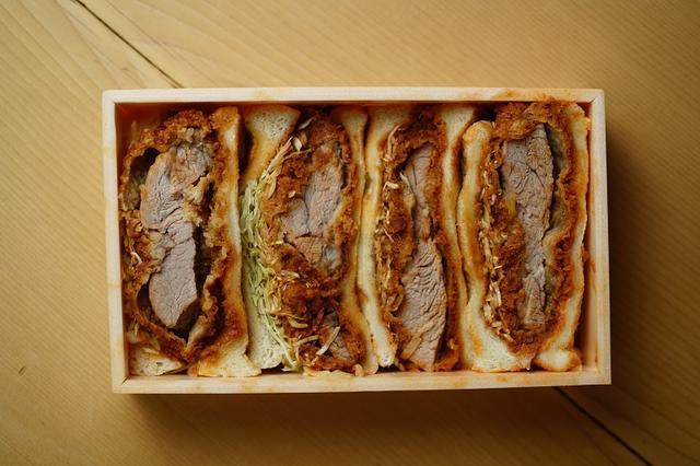 画像: パンより分厚いヒレカツの存在感。カツとキャベツとソースの味が馴染む頃合いを見計らって、かぶりつきたい逸品だ