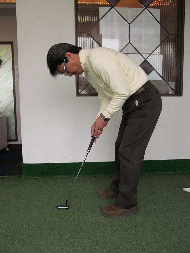 画像: アドレスしたときに、後頭部と背中を結んだ線を水平にする。縦の振り子運動がしやすくなり、重力による振り子の戻る力を利用してストロークできる