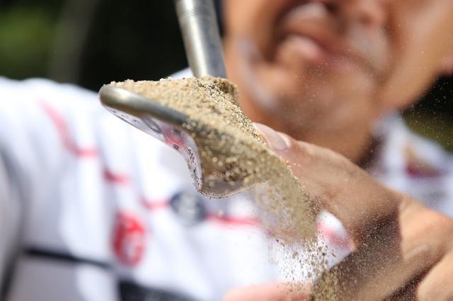 画像: さらさら砂の脱出には「U字軌道」がいいみたい。藤田寛之のバンカー攻略法 - みんなのゴルフダイジェスト