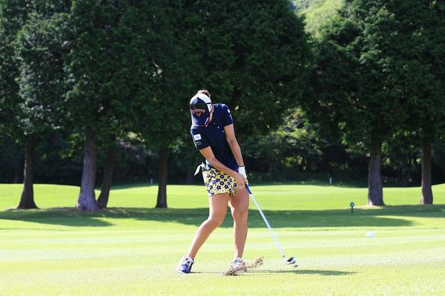 画像: 上田桃子もやっている。アイアンはボールの30センチ先を目がけて振ろう! - みんなのゴルフダイジェスト