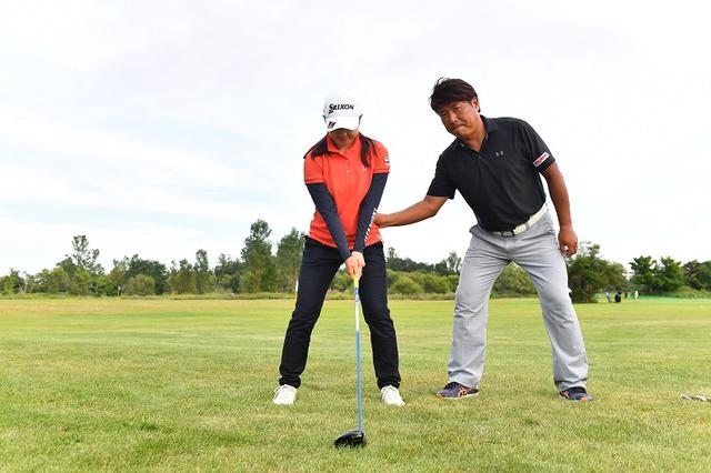 """画像: 脱力したけりゃ力を「入れる」!? 辻村コーチが桃子に教えたチカラの""""抜き方"""" - みんなのゴルフダイジェスト"""