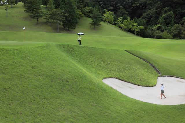 """画像: 前年王者・穴井詩も「絶対に入れたくないです」。 ゴルフ5レディス会場の""""日本一あごの高いバンカー""""がすごい - みんなのゴルフダイジェスト"""