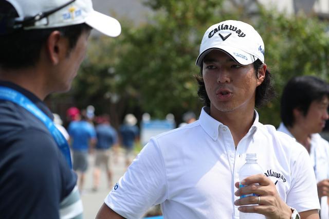 画像: この記事を執筆した吉田洋一郎の取材に答える石川遼
