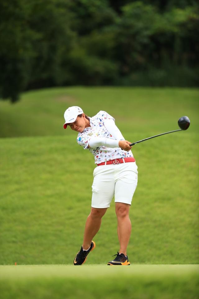 画像: 躍動感あふれるスウィングでゴルフ5レディスを制したサタヤ(写真/大澤進二)