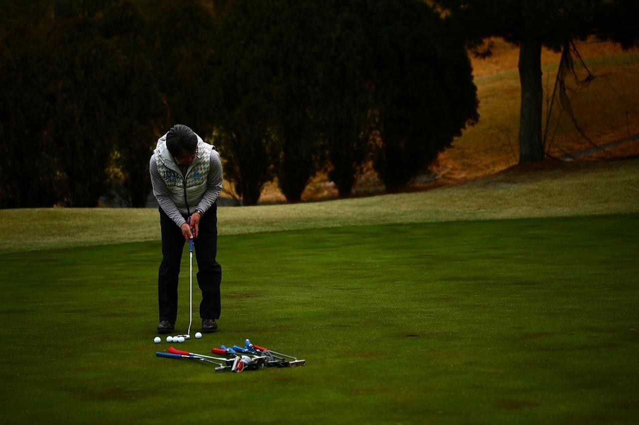 """画像: 見るのはボールの5センチ先。「ナイスイン!」のカギは""""目線""""にあった【入っちゃう!パットの法則 #3】 - みんなのゴルフダイジェスト"""
