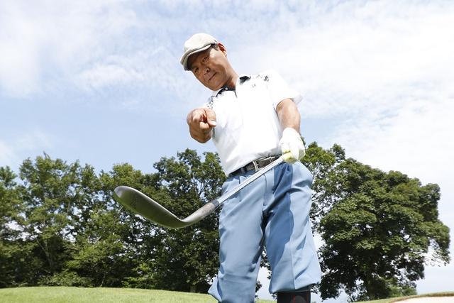 画像: 「ボールの行方を目で追うと体が早く起き上がってヘッドアップしてしまう。ボールじゃなくヘッドを見ることで、体とヘッドの回転スピードを合わせてやることが大事なんだよ」と飯合
