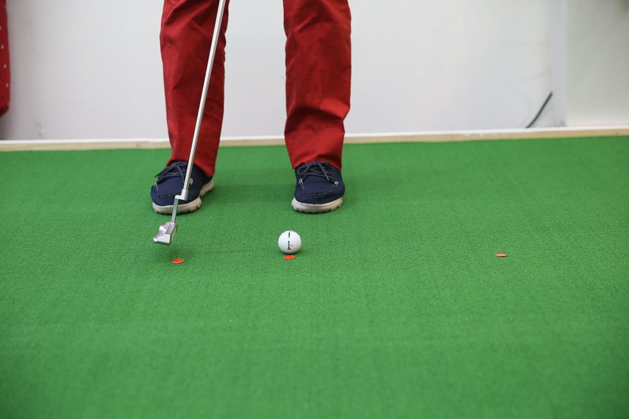 画像: ヘッドの重心が真っすぐ動けば、ボールもその方向に出ていくのが原則。下半身の動きをプラスすることで、よりヘッドの運動方向がストレートになる