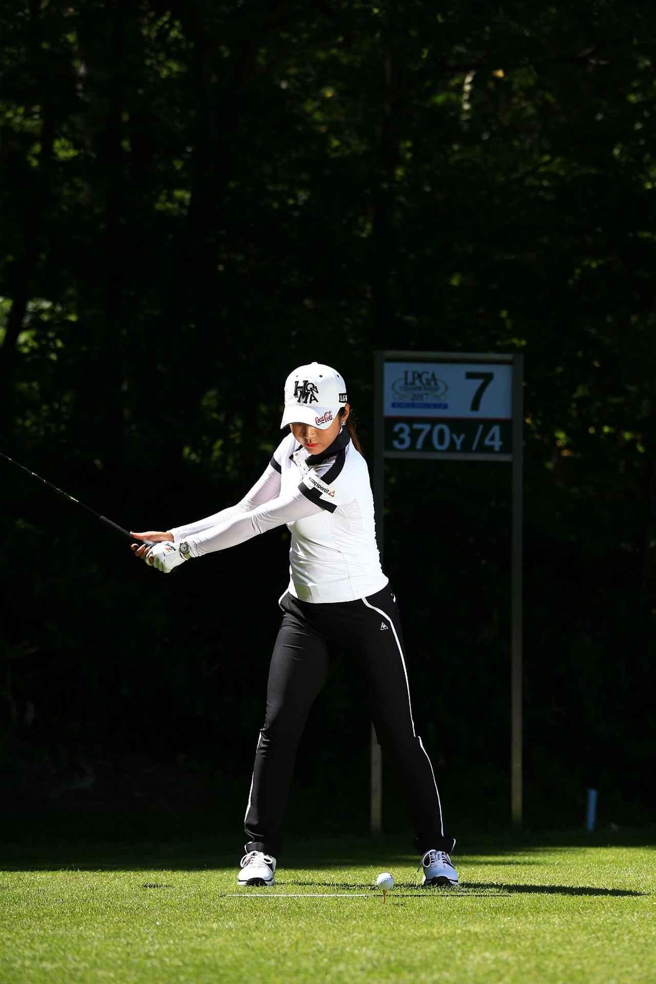 画像: 右ひざの向きを変えずに上半身を回転
