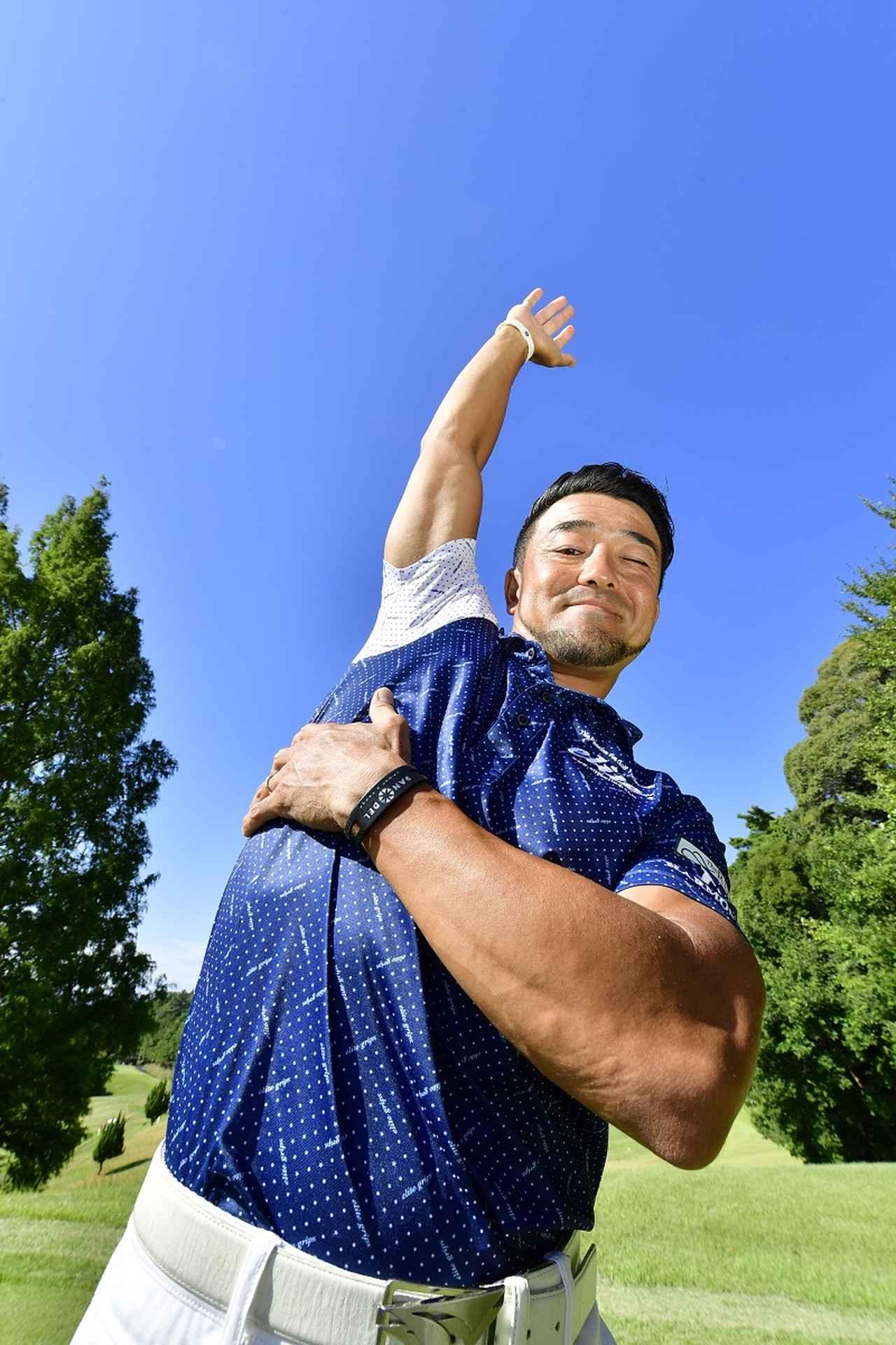 画像: 「肩甲骨だけを動かそうと思っても、それは難しい。意識しやすい肋骨を積極的に動かすと、肩甲骨が大きく動き出します」