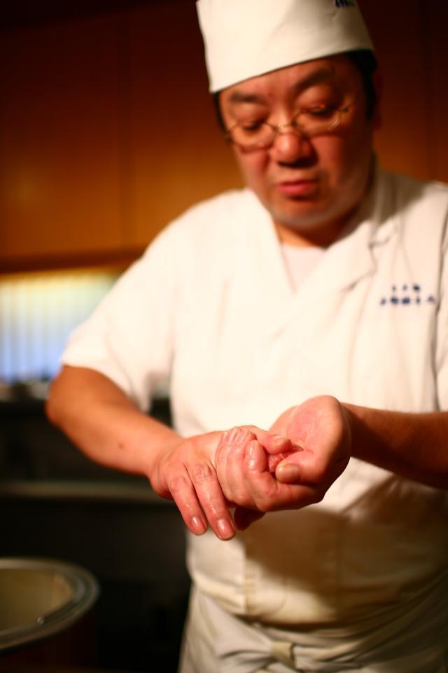 画像: 写真が5代目の吉野正敏さん。握りの技はお店の先輩たちを見て盗んだと言う