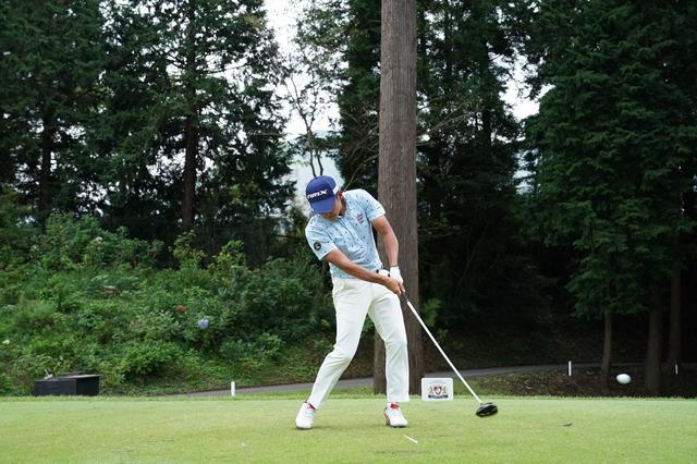 画像: (写真1)インパクトではフェースの開閉を抑えてボールにエネルギーを伝える五角形の形