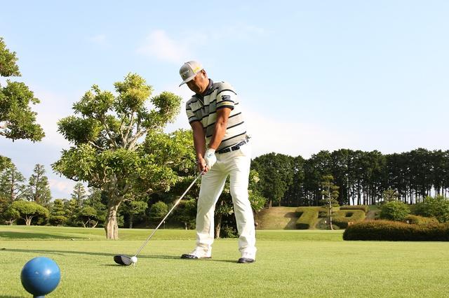画像: アドレスで固まる人、必見。ゴルフの始動は「逆に動く」とやりやすい!? 【安楽拓也の痛快!飛ばし塾】 - みんなのゴルフダイジェスト