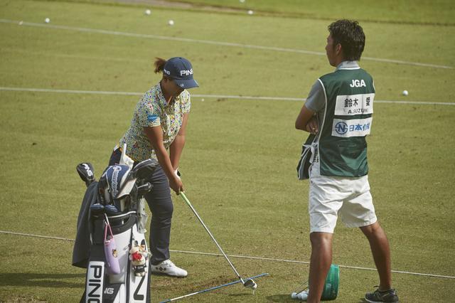 画像: ボミも、愛も。なぜ女子プロたちは足元に「棒」を置いて練習するのか? 日本女子オープン会場でプロが見つけた上達の秘密 - みんなのゴルフダイジェスト