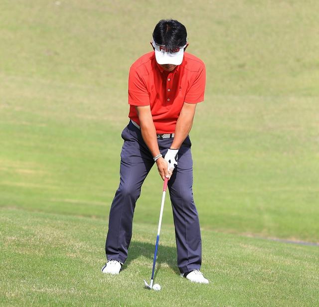 画像: 単に上体を左に傾けてしまうと、スウィングしたときにバランスを崩してしまう。上体を左に傾けるとき、腰を傾斜の高いほうへスライドさせることで、スウィングしてもバランスが崩れない構えが作れる