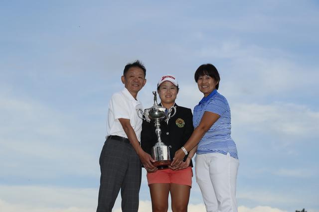 画像: 両親と優勝カップを手にする畑岡奈紗
