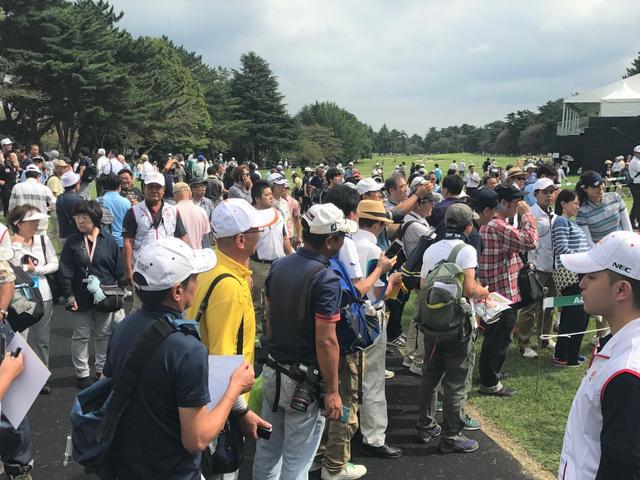 画像: インジのサイン待ちの列には次々にファンが押し寄せた