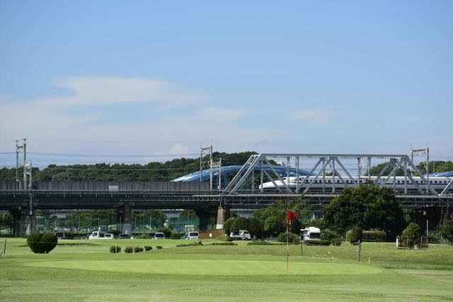 画像: 新幹線を眺めながら競技を楽しめる! (1205Y Par27 最長170Y・最短60Y)