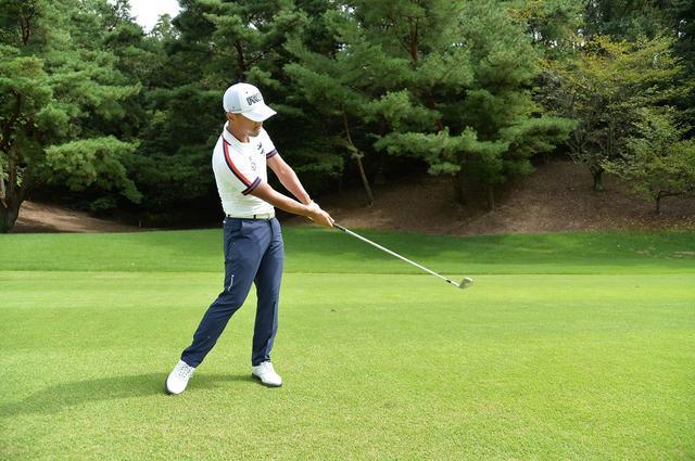 画像: 通常のショットより、グリップを短く握ることでシャープに振り抜ける。グリップの力加減は通常と変わらない