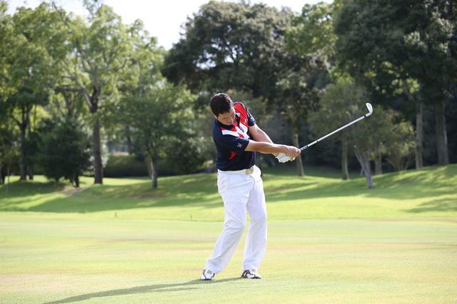 画像: 肩は目標方向、足はオープンにしヘッドを走らせよう