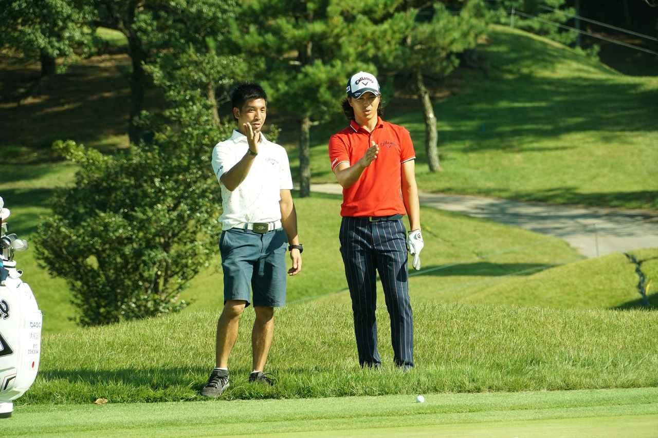 画像: グリーン周りの寄せをキャディの伊澤秀憲プロと確認する
