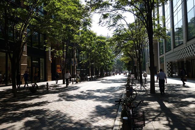 画像: 今回キャロウェイアパレルが出店した丸の内MYPLAZA周辺の様子。日本ではないような、洗練された街並みにブランドショップが軒を連ねる