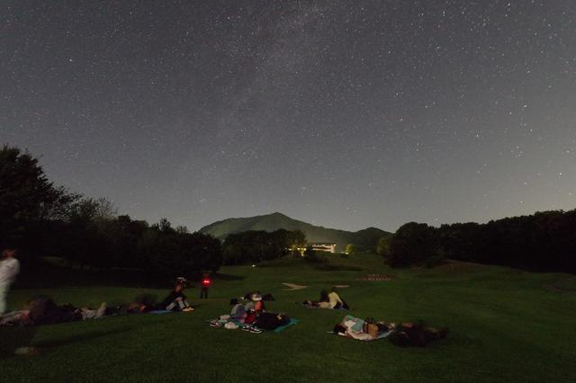 画像: コースに寝転がって満天の星空を堪能することができる
