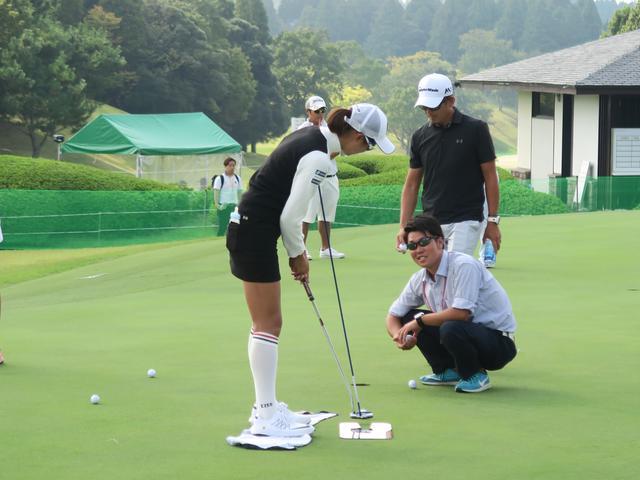 画像: 期待の美女プロ・川崎志穂の練習風景。棒を体につけ、胸を支点にストロークする(写真提供/吉田洋一郎)