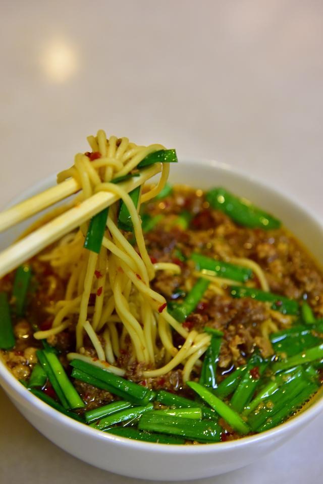 画像: 辛さをこらえ汗を流しながら食べる台湾ラーメンは絶品