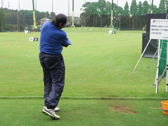 画像: ブリヂストンオープンの練習日にドライバーショットを計測する尾崎将司