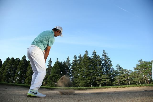 画像: ボールの手前をズドンと叩くとダフルだけで砂を爆発できない。ボール1個ぶん手前に入れようなどと考えずに、いつもどおり振ればおのずと結果はついてくる