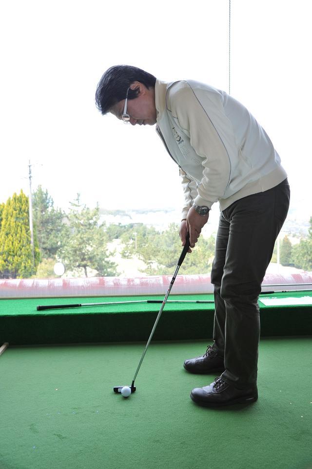 画像: ボールが左目の真下にくるように構えるようにする。ボールが目の位置よりも先だと、構えたときに芯の位置にボールをセットしにくい。さらにインサイドにクラブを引きやすくなるので、芯に当たる確率は低くなる
