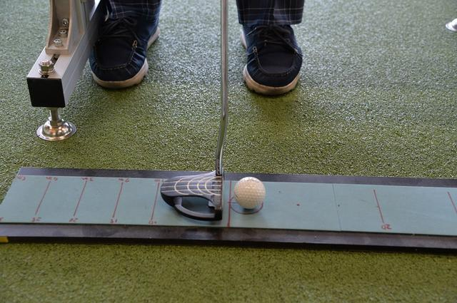 """画像: ゴルフの基本がココにある。下りのパットも""""芯""""で打とう【入っちゃう!パットの法則 #9】 - みんなのゴルフダイジェスト"""