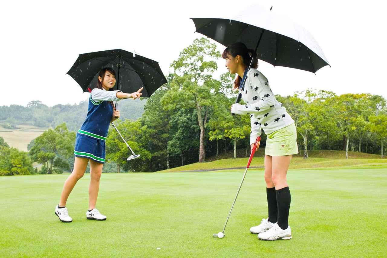 画像: 【ルールQ】傘を差しながらタップイン!これってルール違反? - みんなのゴルフダイジェスト