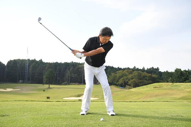 画像: 切り返し以降、体を早く回そうとすると右足体重になり、右肩が前に出る