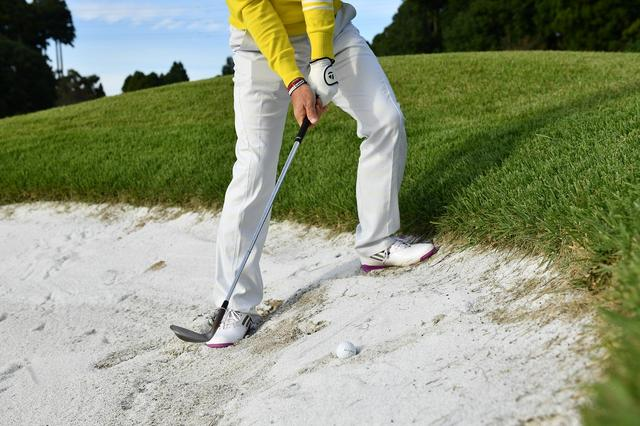 画像: ボールが砂に沈んでいる場合、砂面に対して鋭角に、斜め上からヘッドを入れることで、ボールの下までヘッドが届き、ボールの下の砂が爆発してバンカーから脱出することができるのだ。