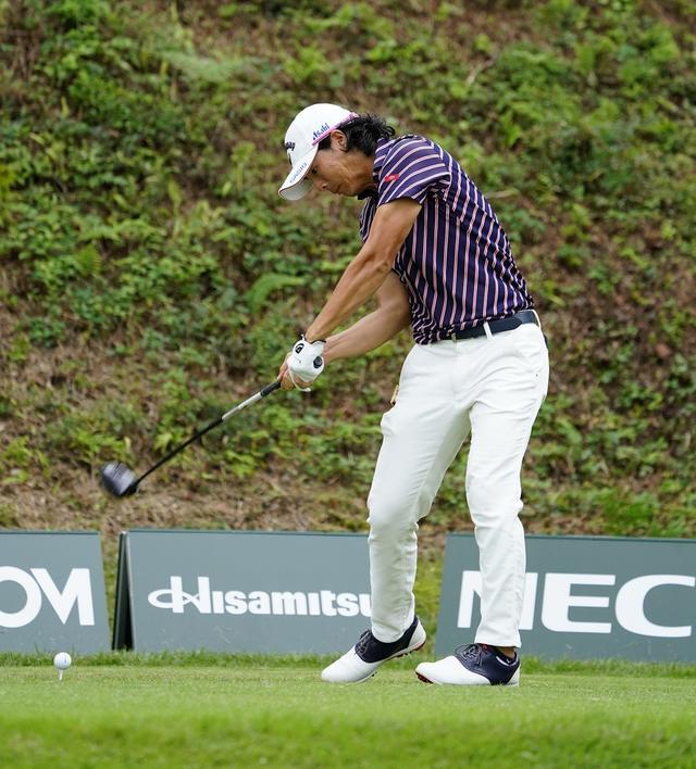 画像: 不調の原因は振り遅れにあると石川は自己分析する(2017年、日本オープンゴルフ選手権)