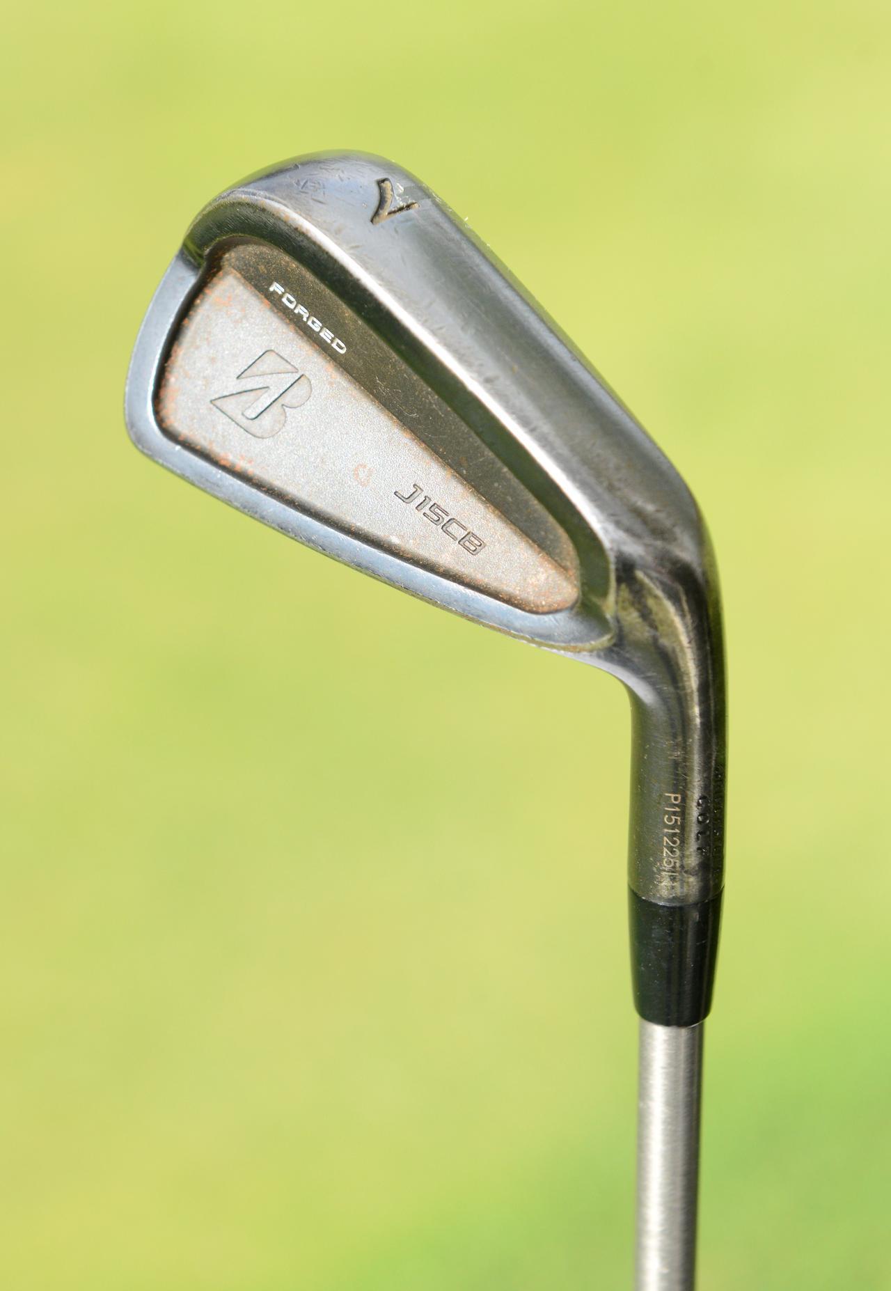 画像: ソールの抜けがよく、「ラフからでも自分の思った弾道が出てくれる」とクーチャー。正確性に優れているアイアン(5i~PW)「ブリヂストンゴルフ J15 CB(Black)」