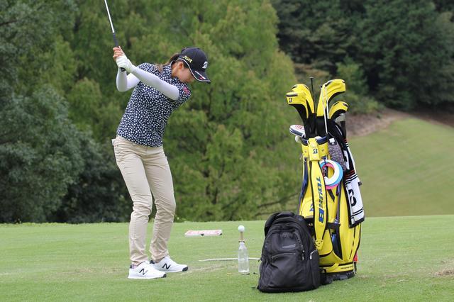 画像: 女子プロテストトップ通過! 松田鈴英はなぜペットボトルの上にゴムティを乗せて練習するのか - みんなのゴルフダイジェスト