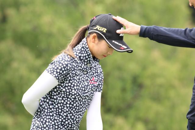 画像: 父・直樹さんに頭を固定してもらって練習に励む松田プロ