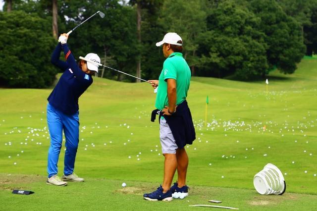 画像: 富士通レディースの練習日、父・利明さんに頭を押さえられた状態で練習する永井。この2週後、プロ初優勝の瞬間が訪れる