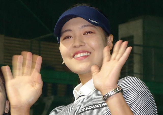 画像: 終始笑顔でファンに手を振っていた