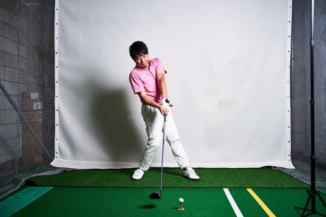 画像: 右軸で振ると、バックスウィングで左股関節が前に出て、ダウンはその反動で後ろに引ける。要は「腰の引けた」インパクトになってしまう